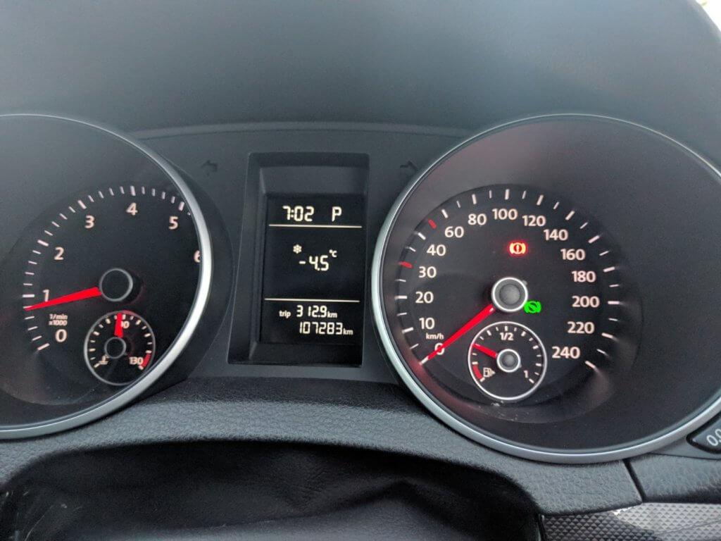 マイナス4.5度を示す車の外気温計