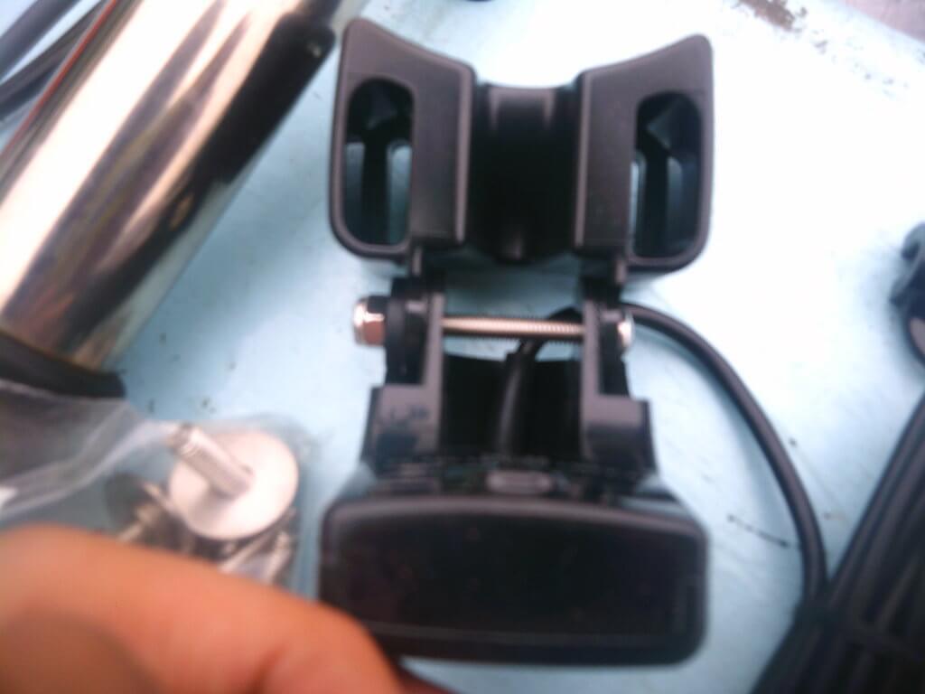 振動子とアダプターをボルトで固定