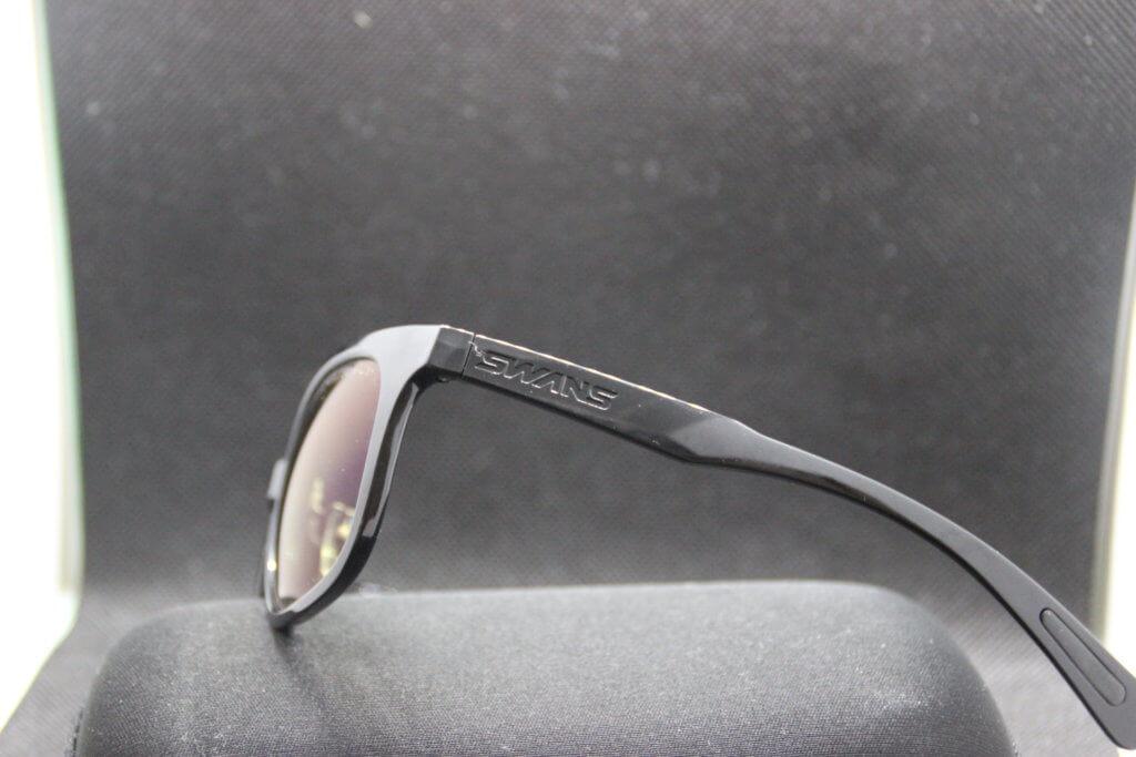 横から見たスワンズのサングラス