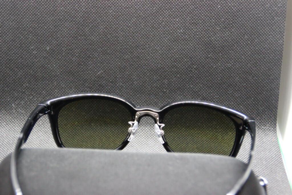 後ろから見たスワンズのサングラス